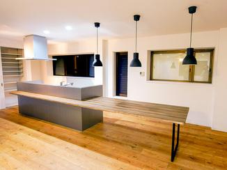 キッチンリフォーム 料理中もお子様の様子が確認できる、広々空間でお洒落なキッチン