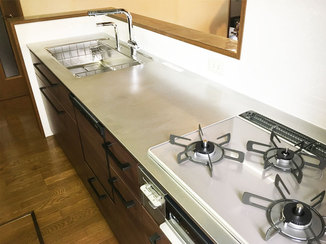 キッチンリフォーム 周辺の掃除もしやすくなった、おトクなシステムキッチン