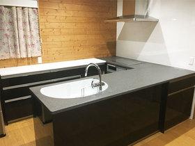 キッチンリフォーム吊戸をなくした開放的なキッチンと白黒のコントラストが美しいトイレ