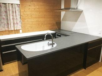 キッチンリフォーム 吊戸をなくした開放的なキッチンと白黒のコントラストが美しいトイレ