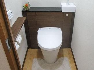 トイレリフォーム 掃除道具もすっきり収納できるキャビネット付きトイレ