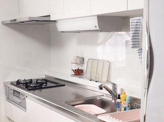 キッチンリフォーム 畳からフローリングになり明るくなったリビングと、省スペースなキッチンで気分を一新