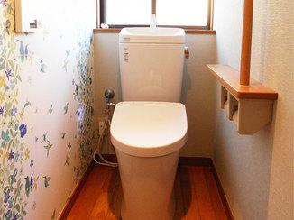 トイレリフォーム 白地に映える花柄クロスでおしゃれなトイレ空間