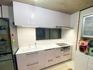 キッチンリフォーム 柄入りのクリスタルカウンターが美しい、明るく華やかなキッチン